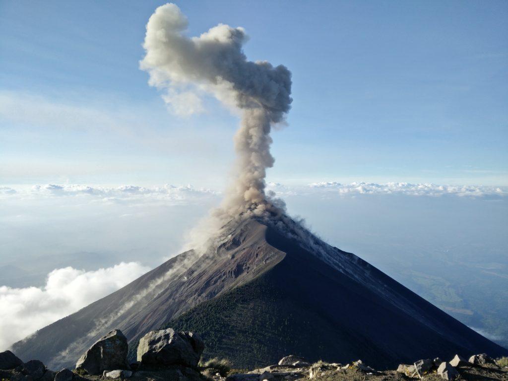 mogoonthego mogo on the go blog voyage dark tourisme volcan volcanique éruption lave flamme danger dangereux touristes touriste vacances voyage fumée paysage