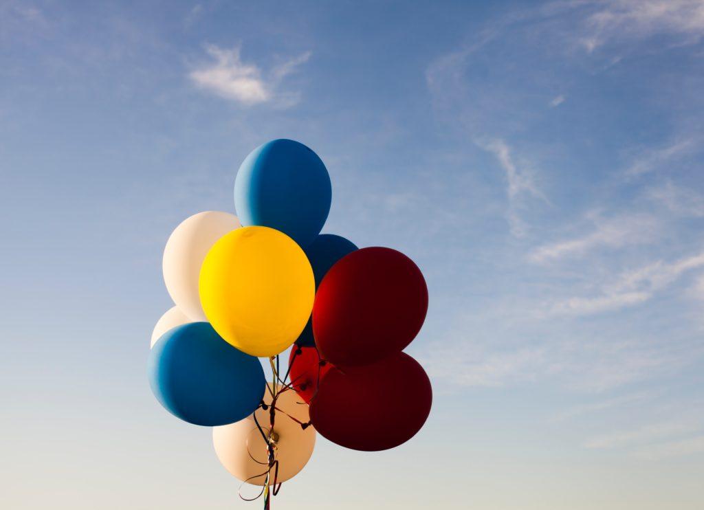 voyage heureux bonheur ballon ballons ciel bleu joie