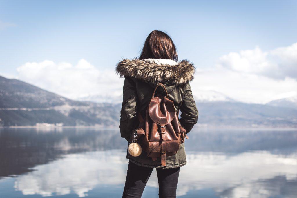 voyage personnalite solo femme voyageur voyageuse seul seule tourisme montagne paysage sac a dos parka
