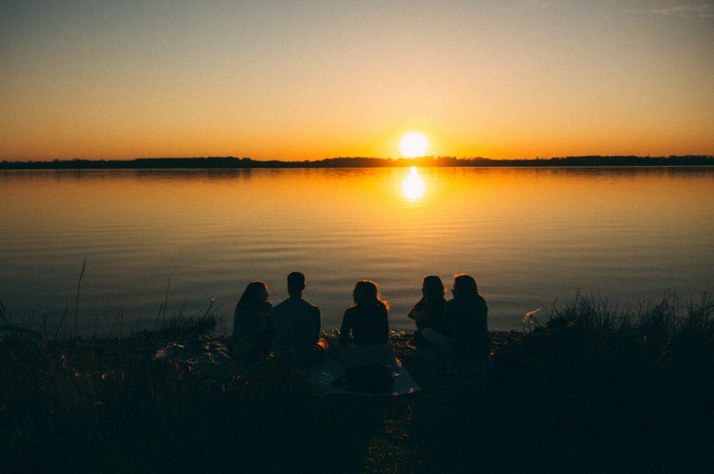 voyage cerveau jeune neurones jeunesse stimulation coucher de soleil jeunes amis potes groupe nuit paysage lac eau mer