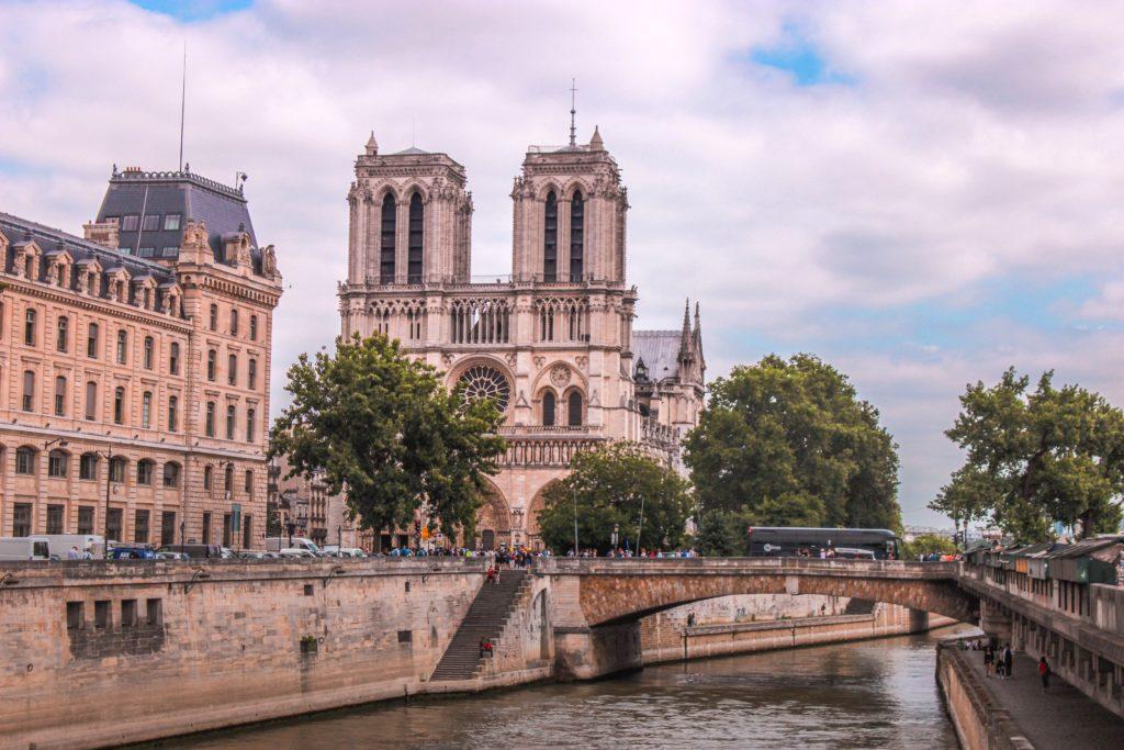notre dame de paris victor hugo casimodo edith piaf culture france francaise batiment architecture tourisme parisen