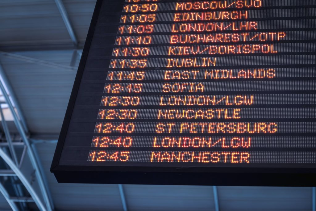 veille du depart voyage vacances aeroport panneaux affichage destination